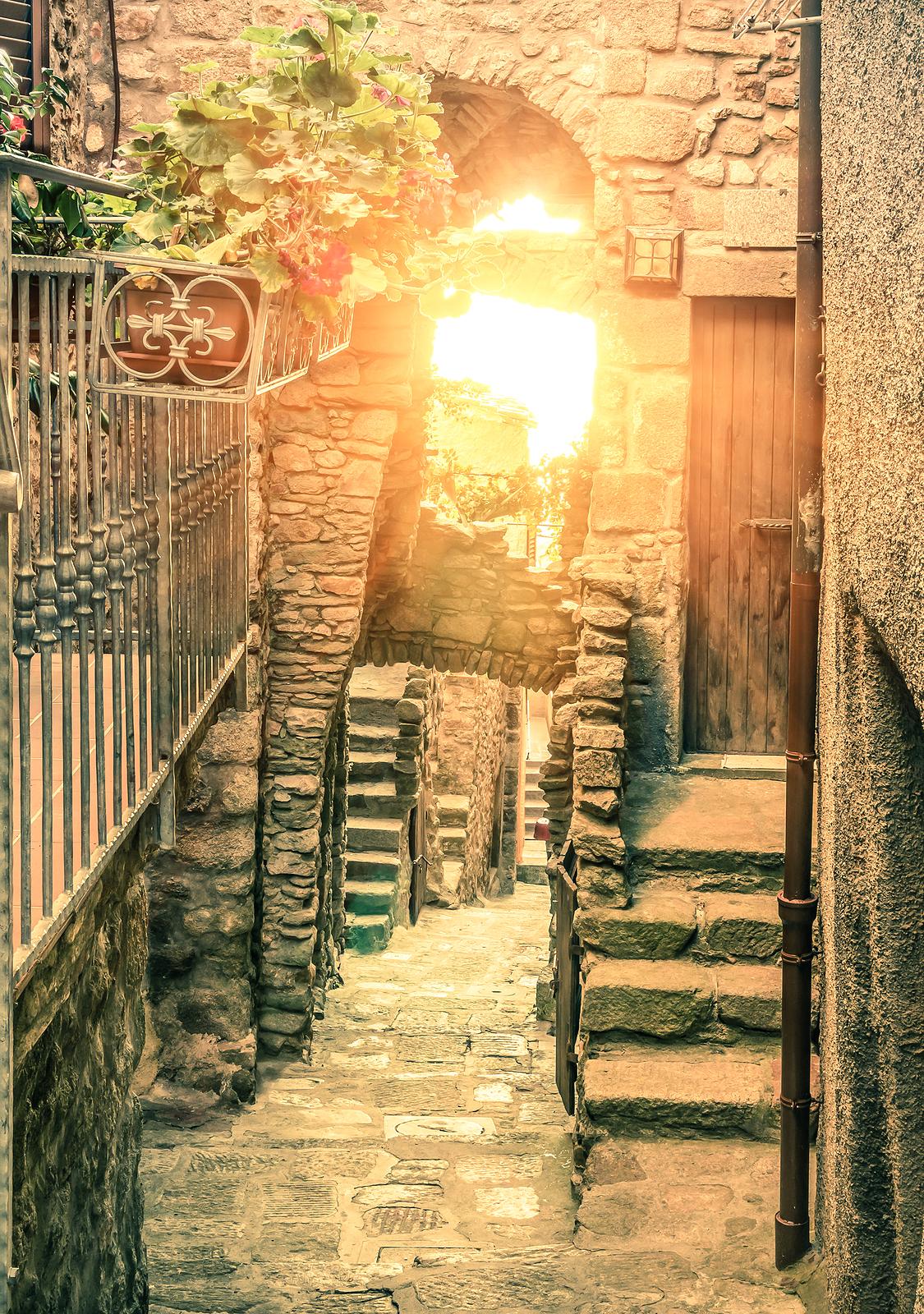 Old narrow alley in Giglio Castello